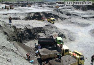 Sejumlah penambang pasir beraktivitas di kali Bladak Desa Gambar, Nglegok, Blitar, Jawa Timur, Sabtu (26/4).